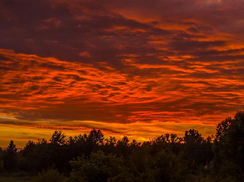 Показали вражаючі світлини багряно-вогняного заходу сонця на Волині. ФОТО