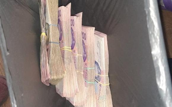 Жінка знайшла біля смітника пакет з грошима