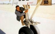 Підліток «зайцем» перелетів в іншу країну на колесі літака