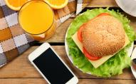 Чому не можна їсти з телефоном
