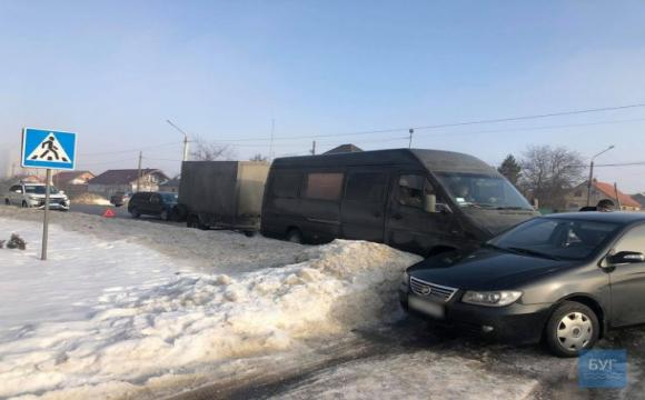 У Нововолинську бус зіткнувся з легковиком. ФОТО