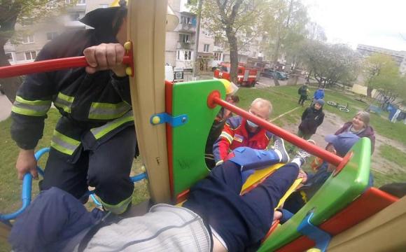 У Нововолинську 16-річний юнак травмувався, катаючись на дитячій гірці. ФОТО