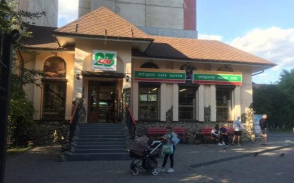 Вкрали скриньку з пожертвами: у Луцьку в супермаркеті злодії розбили вхідні двері