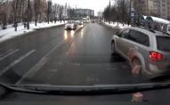 В Луцьку неадекватний водій на Dodge ледь не збив жінку з 2 дітьми на переході. ВІДЕО